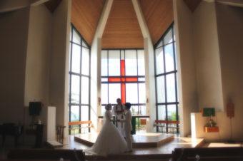 グアムでも可能です!厳かな本物の教会での結婚式