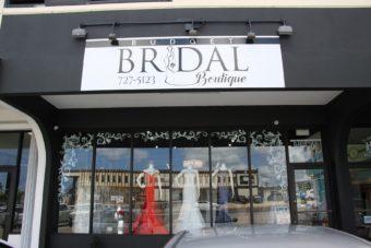 グアムでもブライダル業者に頼らずご自身でウェディングドレスを手配できます。
