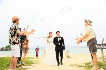 沖縄恩納村でのビーチウェディングレポート!三線が沖縄感を創り出します。